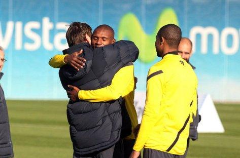 Tito y Abidal se abrazan cuando el técnico se reincorpora al equipo tras recuperarse de la primera operación