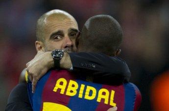 Guardiola y Abidal se enfundan en un emotivo abrazo. FOTO | Manel Montilla