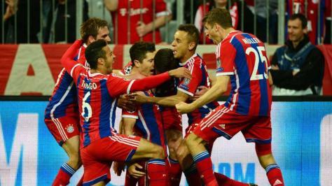 Los jugadores del Bayern celebran el quinto gol conseguido por Robert Lewandowski | FOTO AFP