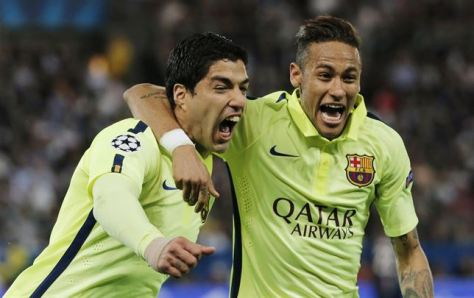 Luis Suárez celebra junto a Neymar uno de sus dos goles. FOTO | REUTERS